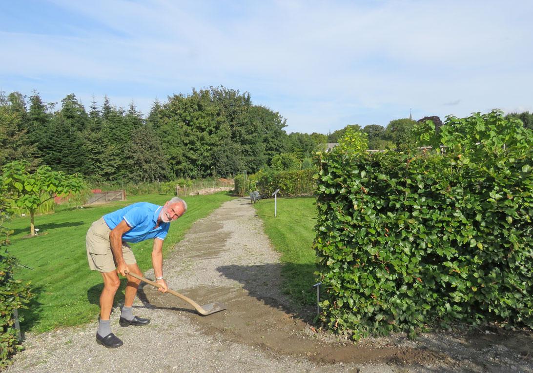 5. september 2017: Bent reparerer havegange efter voldsomt regnskyl.