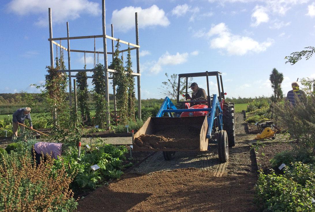 2. oktober 2017. Ole J kører slotsgrus på stierne i Haven for nervesystem og bevægeapparat.