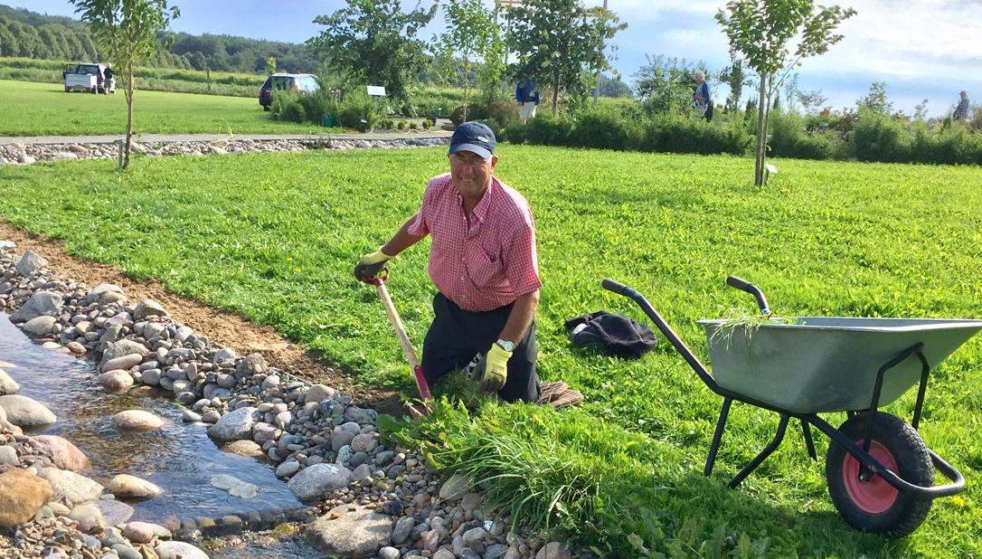 Jens Jakob luger omkring det nye vandløb.