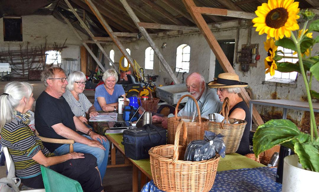 En gruppe bestående af fra venstre Gerd, Ole D., Nanna, Gitte, Jann og Annie vil fremover holde styr på planterne.