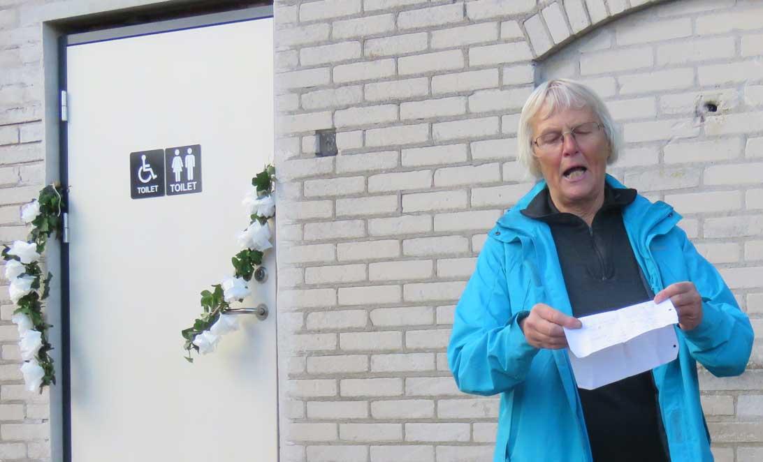 Lilly Christensen oplæser sin hyldestode til Medicinhavernes nye handicapvenlige toilet.