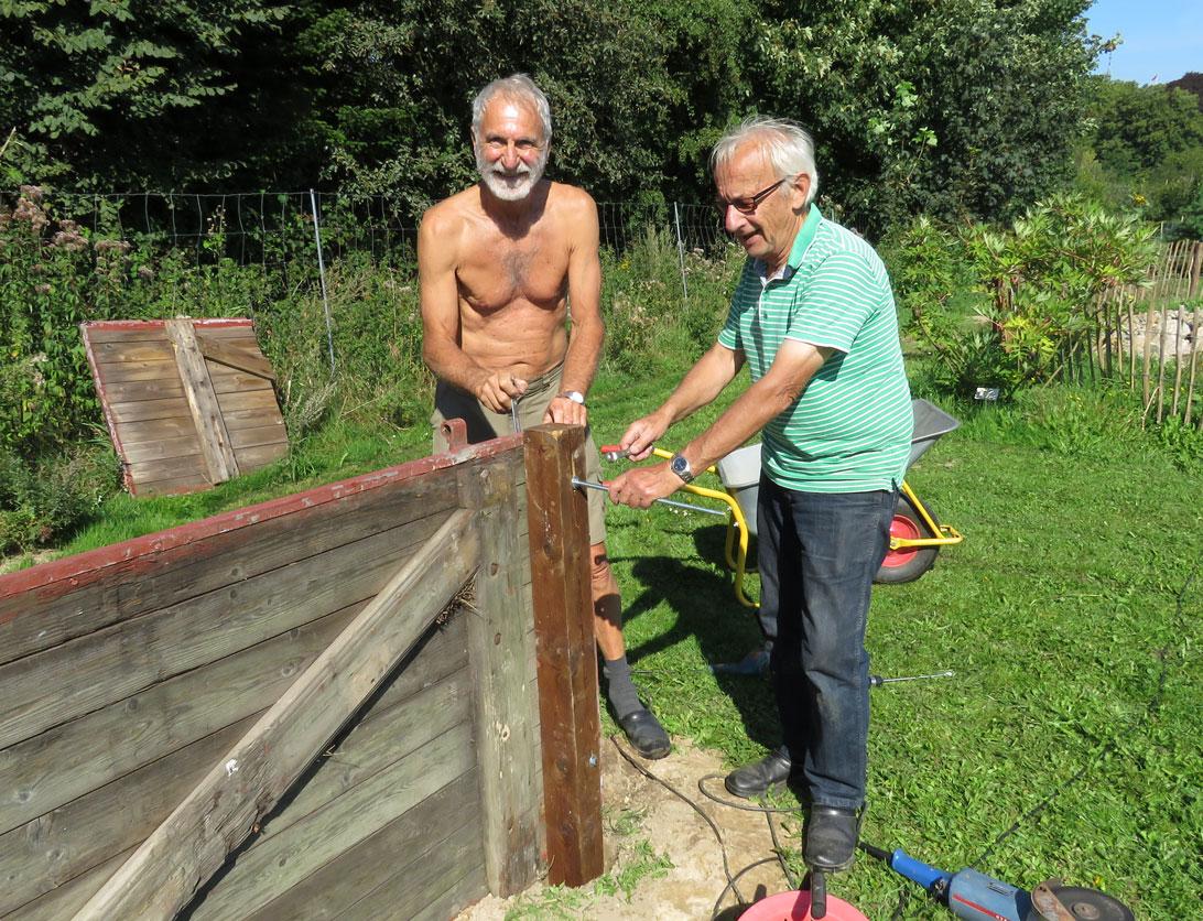 Bent (til venstre) og Ole J. færdiggør den nye kompostbeholder.
