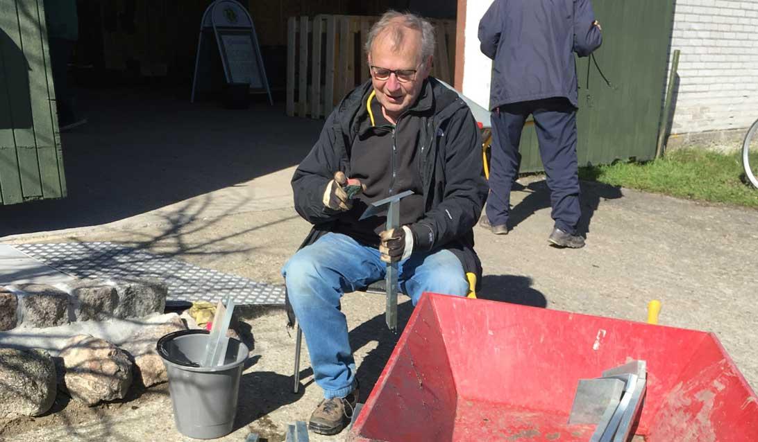 Ole D. rengør skilte, som skal genbruges.